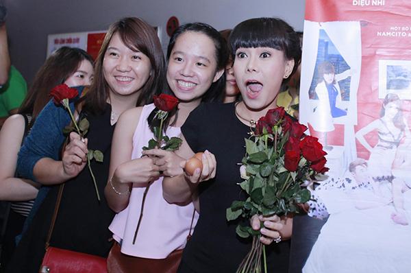 viet-huong-den-rap-phim-tang-khan-gia-hoa-hong-va-trung-ga-5
