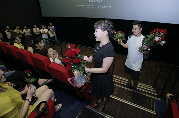 viet-huong-den-rap-phim-tang-khan-gia-hoa-hong-va-trung-ga-2