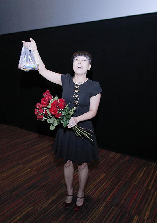 viet-huong-den-rap-phim-tang-khan-gia-hoa-hong-va-trung-ga