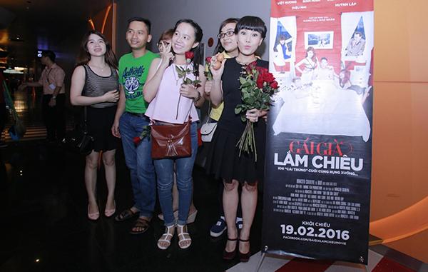 viet-huong-den-rap-phim-tang-khan-gia-hoa-hong-va-trung-ga-4