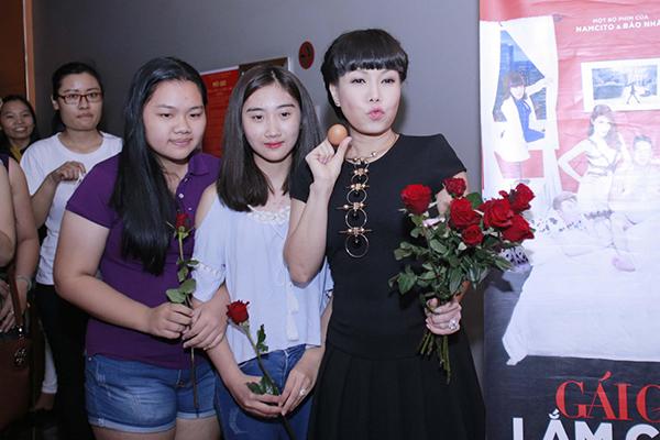 viet-huong-den-rap-phim-tang-khan-gia-hoa-hong-va-trung-ga-6