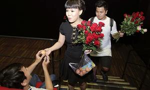 Việt Hương đến rạp phim tặng khán giả hoa hồng và... trứng gà