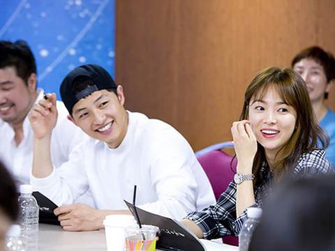 song-hye-kyo-tung-bi-che-gia-cam-yeu-song-joong-ki-1