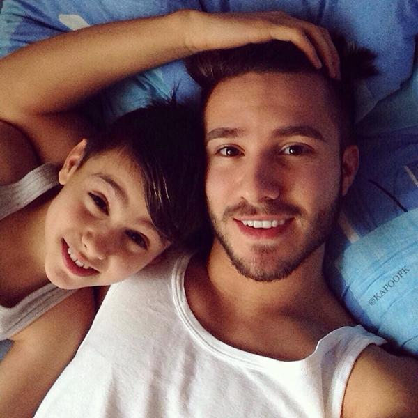 Cặp anh em này không thiếu những bức ảnh ngủ chung giường, thậm chí Ahrmet còn thường