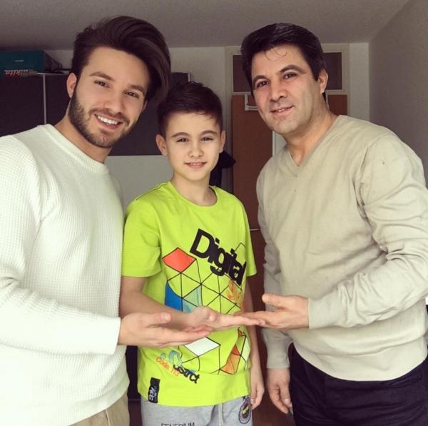 """Ahmet bên em trai và bố mình. Dễ dàng nhận ra, cặp anh em """"nam thần"""" này sở hữu ngoại hình long lanh như thế là nhờ nguồn gien"""