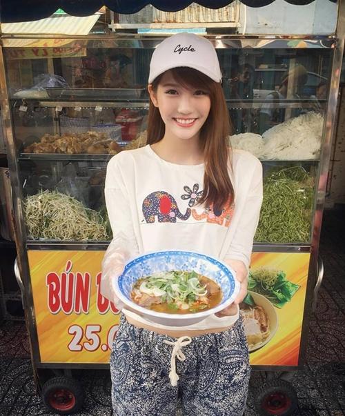hot-girl-tra-sua-malaysia-me-do-an-vat-khi-den-viet-nam-3