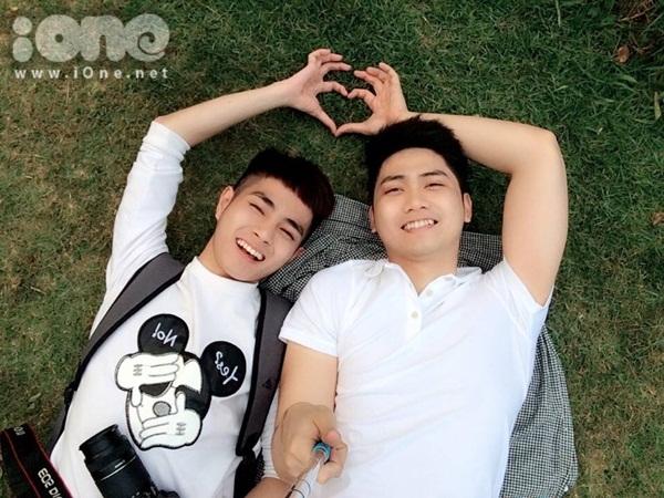 Gây chú ý trong cộng đồng LGBT Sài thành từ giữa năm 2015, cặp đôi Nguyễn Hoàng Quân (bên trái, sinh năm 1995) và Thái Bình Dương (sinh năm 1992) luôn được biết đến như một trong những