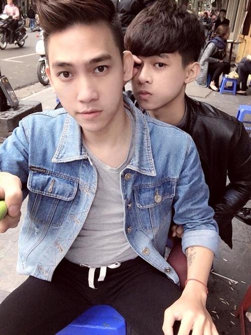 Là một trong số ít đôi đồng tính Hà thành dám công khai, Vũ Huy (trái) và Trần Duy Hải gây chú ý với