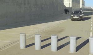 Chuyện gì xảy ra khi ô tô lao vào dải phân cách?