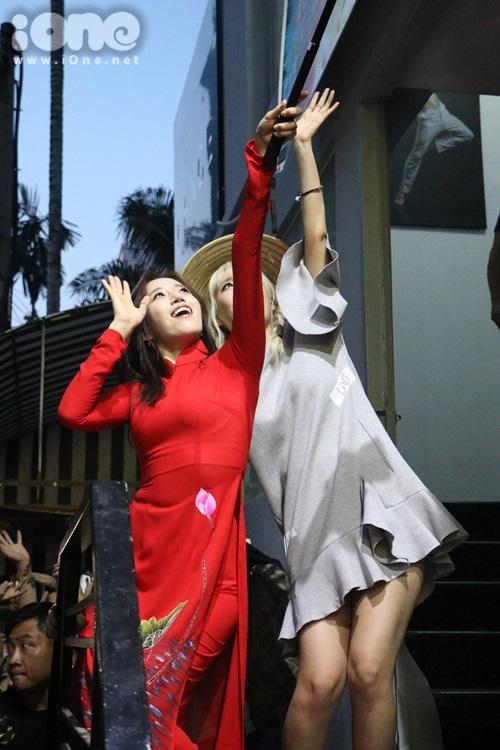 fan-bam-duoi-suot-3-tieng-ho-het-khong-ngung-khi-gap-t-ara-8