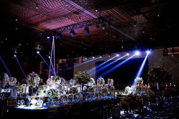 Ở phía ngoài sảnh, backdrop chụp hình được dàn dựng như một lâu đài cổ ngập tràn sắc trắng của hoa hồng. Tổng cộng hơn 250.000 hoa hồng, 10.000 bông tú cầu, 10.000 cành cát tường được sử dụng để trang trí cho dạ tiệc. Đặc biệt, Victor Vũ - Ngọc Diệp cũng quyết định tái hiện phim trường với một cảnh của phim ngắn để quan khách có thể chiêm ngưỡng và chụp hình ghi dấu kỷ niệm trong sự kiện trọng đại.