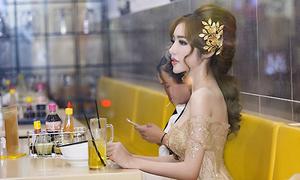 Elly Trần mặc váy dạ hội sexy đi ăn hủ tiếu