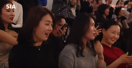 fan-hu-het-ngo-ngn-khi-thay-song-joong-ki-tren-san-khau-5