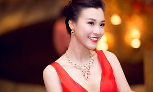 Hoàng Oanh thay chớp nhoáng 2 váy, đeo trang sức 300 triệu