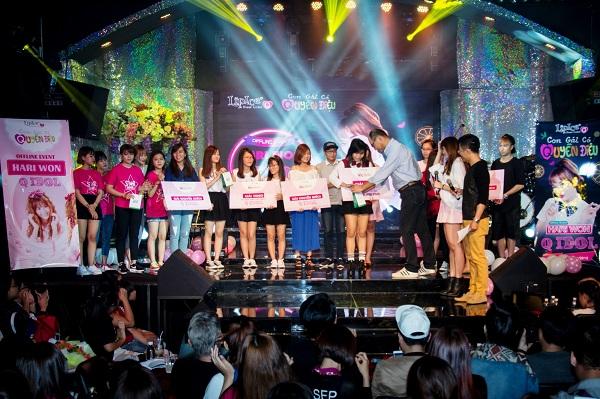 Đại diện sáu nhóm thí sinh Q Idol nhận giải thưởng từ nhà tài trợ.
