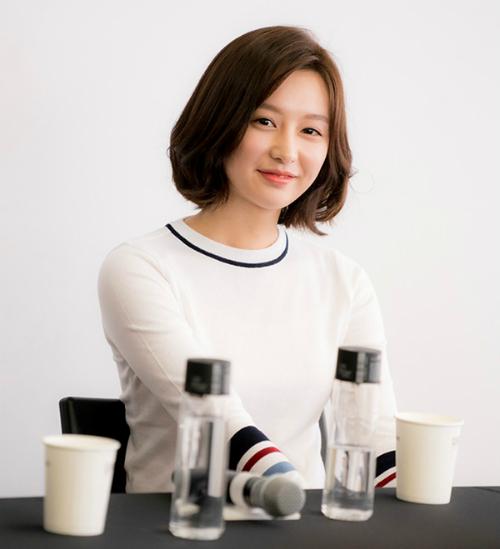 song-hye-kyo-mac-lai-do-cu-kim-ji-won-tu-nhan-minh-sexy-2