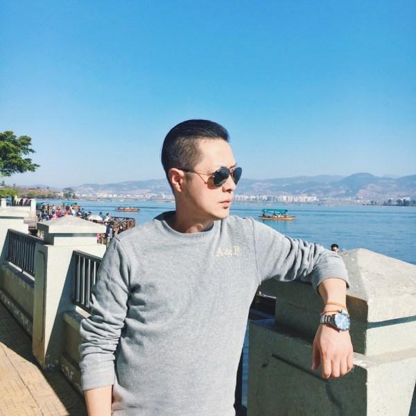 Một người cha 47 tuổi ở Thành Đô (Trung Quốc) gây sốt mạng xã hội vì diện mạo   như chưa đến 30 nhờ giữ dáng tốt, phong cách ăn mặc và kiểu tóc trẻ trung sành   điệu.