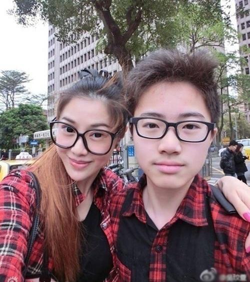 Bà mẹ Đài Loan sinh năm 1973 tên Wu Wen Xuan từng nổi tiếng trên nhiều trang mạng bởi vẻ đẹp như thiếu nữ. Khi chụp ảnh cùng cậu con trai kém gần 30 tuổi, Wu Wen Xuan khiến nhiều người khó tin cả hai là mẹ con.