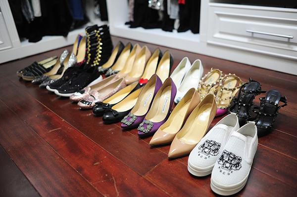 Đôi giày yêu thích nhất của Huyền My có dáng bệt, đế cói, do hãng Chanel sản xuất và giá khoảng 700 USD (hơn 15,5 triệu đồng). Trong khi đó, đôi giày đắt giá nhất là của hãng Guidi giá là 2.000 USD (hơn 44 triệu đồng). Bên cạnh đó, bộ sưu tập giày của Huyền My cũng có nhiều thương hiệu đắt tiền khác như Christian Louboutin, Dior, Manolo Blahnik... Đôi Dior in họa tiết hoa (thứ ba từ phải sang, hàng trên) có giá 515 USD (11,5 triệu đồng). Đôi Christian Louboutin màu hồng nude (thứ hai từ phải sang, hàng dưới) có giá 675 USD (15 triệu đồng). Đôi Valentino Rockstud (đầu tiên, bên phải, hàng trên) có giá tới 1.095 USD (gần 25 triệu đồng).