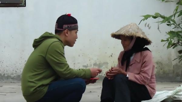 Nhóm bạn trẻ quyết định tặng cụ bà một số tiền để giúp đỡ.
