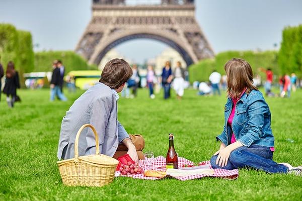 Đi picnic ở tháp Eiffel, Paris là một ý tưởng thoạt nghe rất tuyệt vời.