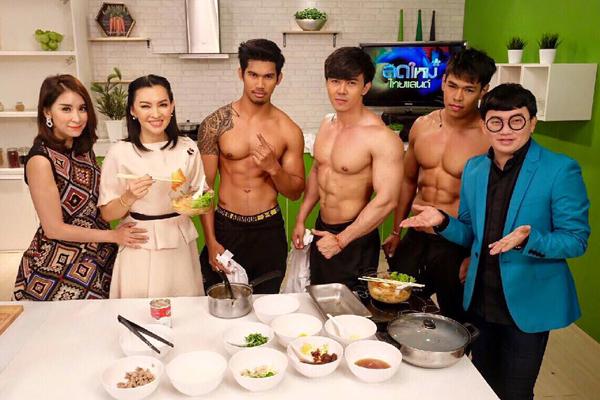 tiem-my-thai-hut-khach-nu-nho-dan-phuc-vu-coi-tran-khoe-co-bap-6