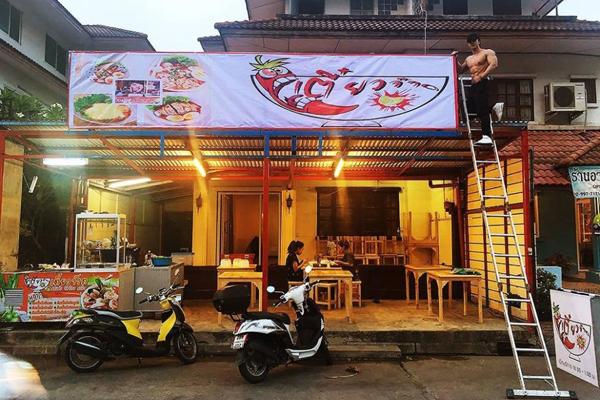 tiem-my-thai-hut-khach-nu-nho-dan-phuc-vu-coi-tran-khoe-co-bap