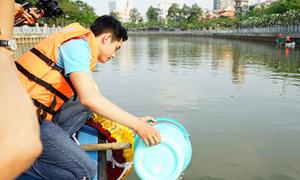 Quang Đăng, Lan Khuê nhặt rác trên sông, ủng hộ Giờ Trái Đất
