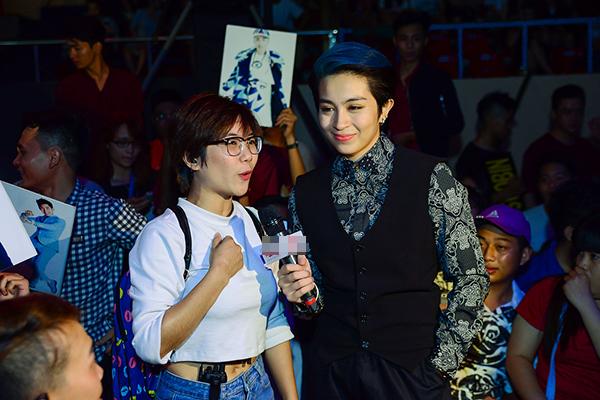 Cô xuống tận khán đài để tương tác cùng khán giả và khuấy động không khí trước chương trình. Đông đảo fan đều hò reo nhiệt tình trước sự xuất hiện thân thiện của Gil Lê.
