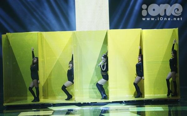 minh-hang-cung-dan-vu-cong-sexy-dot-nong-the-remix