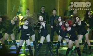 Minh Hằng cùng dàn vũ công sexy đốt nóng The Remix