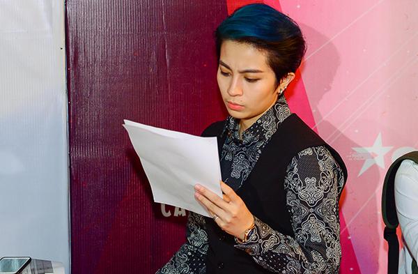 """Tối 20/3, ca sĩ - diễn viên Gil Lê tiếp tục đảm nhận vai trò MC trực tuyến chương trình """"The Remix""""."""