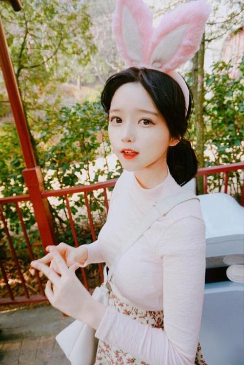 """Ngoài cosplay, Ha Eun Hye còn bán thời trang, phụ kiện và mỹ phẩm online. Những   trang phục, món đồ xì tin do cô nàng mặc được hàng chục nghìn bạn trẻ xứ Hàn   """"like"""" và hỏi mua."""