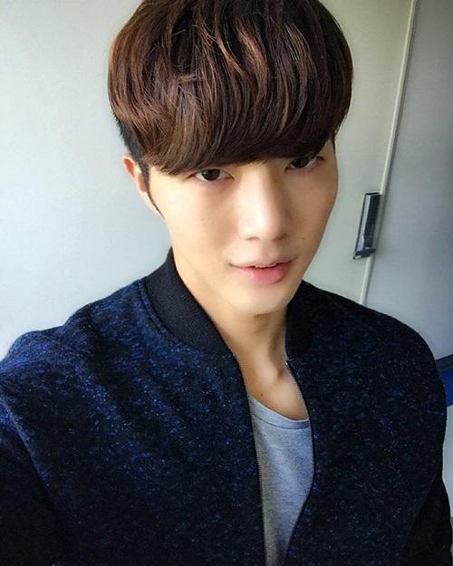 """Seong Min, 27 tuổi, gây chú ý trên mạng xã hội Hàn Quốc bởi body và khuôn mặt   """"không ăn nhập"""". Trong các bức ảnh tự sướng trên Instagram, Seong Min có khuôn   mặt V-line thư sinh, tóc mái xoăn dày điển trai."""