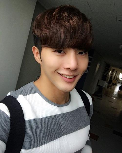 Khi cười, anh chàng còn được nhận xét là khá giống nam diễn viên Seo Kang Joon   (đóng vai Baek In Ho trong Cheese in the trap).
