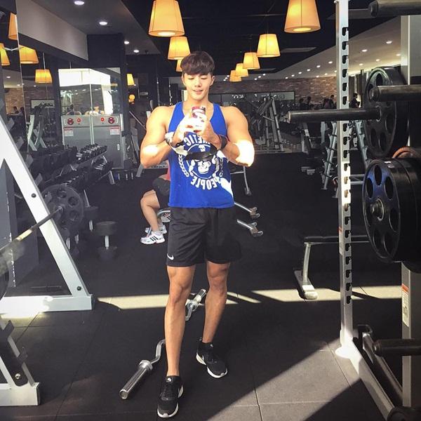 """Trái ngược với khuôn mặt nhỏ, Seong Min có thân hình cơ bắp vạm vỡ bất ngờ, bị    netizen nhận xét là """"tỷ lệ trên dưới không hài hòa"""", """"sự kết hợp kỳ lạ""""."""