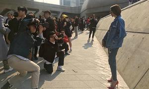 Minh Hằng được paparazzi săn đón ở Seoul Fashion Week