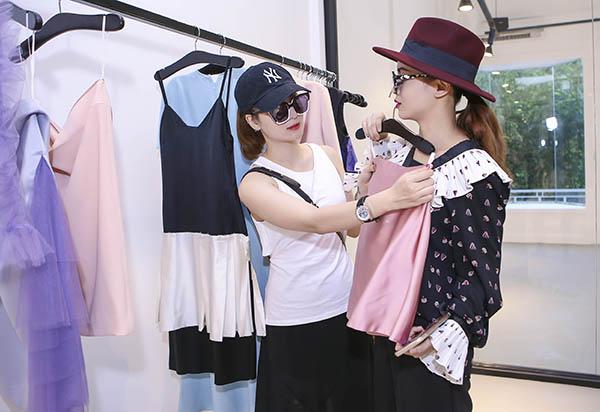 yen-trang-yen-nhi-dien-do-la-di-mua-sam-du-fashion-show-2