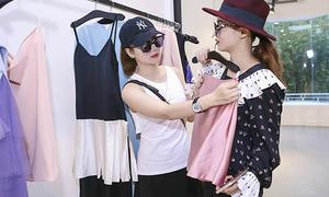Yến Trang, Yến Nhi diện đồ lạ đi mua sắm dự fashion show