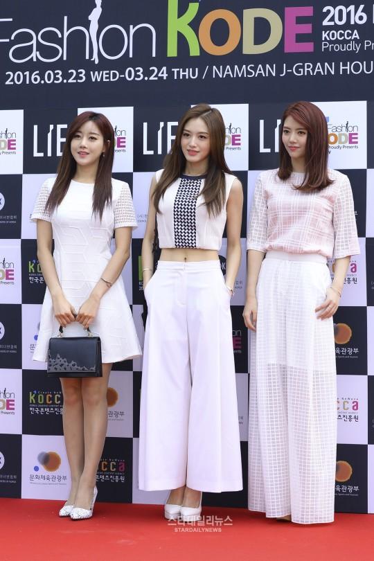 seo-hyun-dien-vay-nhau-so-yeon-tu-dim-dang-o-seoul-fashion-week-11