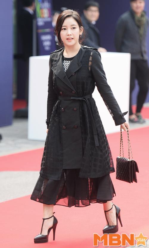 """So Yeon tự """"dìm"""" chiều cao vì cách phối đồ rườm rà, cả váy và áo khoác đều có độ dài lửng lơ."""