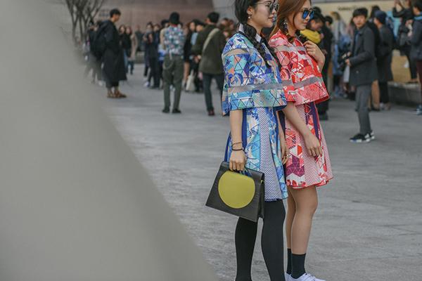 street-style-co-doi-co-cap-hut-mat-o-tuan-thoi-trang-seoul-11