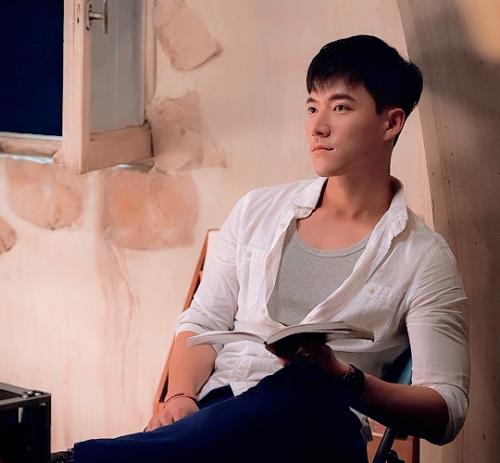 """Trong phim, nhân vật của anh được ví như """"sứ giả tình yêu"""" cho cặp Song Joong   Ki - Song Hye Kyo. Ánh nhìn lôi cuốn và câu nói """"Thứ duy nhất mà tôi không sửa   chữa được là trái tim của phụ nữ"""" khiến """"bác sĩ"""" Cho Tae Kwan thành công đốn   gục trái tim bao khán giả nữ."""