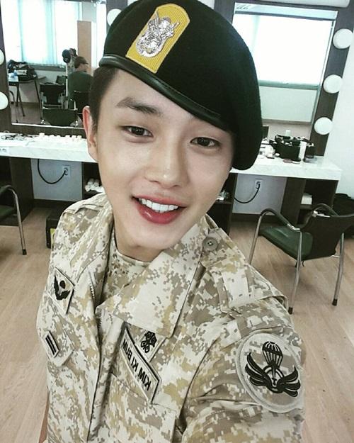 """Kim Min Suk mặc quân phục tuy không có khí thế oai phong như các đàn anh   nhưng mang lại cảm giác như cậu em trai nhỏ ngốc nghếch đáng yêu, khơi dậy """"tình   thương"""" từ các khán giả nữ."""