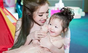 Bé Cadie xinh như công chúa, lần đầu đi sự kiện cùng mẹ