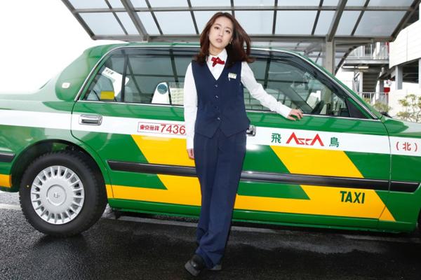 Ikuta Kana, sinh năm 1991, đang là cái tên thu hút sự chú ý ở Nhật Bản và Trung   Quốc khi được nhiều tờ báo ca ngợi là nữ tài xế taxi xinh đẹp nhất xứ hoa anh đào.