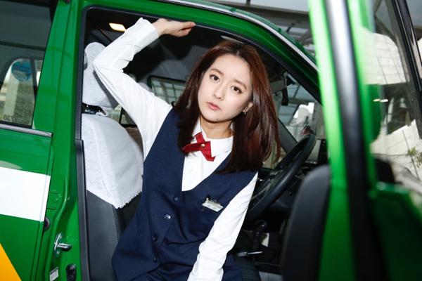 Đang đau đầu nghĩ cách phát triển sự nghiệp, cô tình cờ nhìn thấy quảng cáo bồi   dưỡng nghiệp vụ lái xe của một hãng taxi. Đi đăng ký với suy nghĩ thử xem sao,   không ngờ cô lại vượt qua cuộc thi ngặt nghèo với tỷ lệ đỗ chỉ 2%.