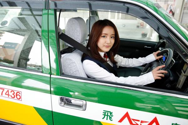 Sau đó, Ikuta Kana thuận lợi thi được bằng lái, giấy chứng nhận trở thành tài xế taxi.   Hơn một năm nay, Kana vẫn kiên trì theo đuổi song song hai công việc người mẫu   và tài xế taxi.