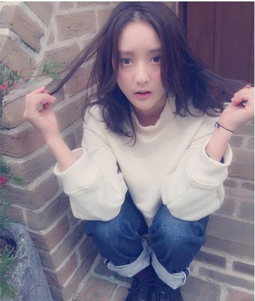 Kana quê ở tỉnh Nagano, hiện sinh sống tại Setagaya, Tokyo. Khi còn học đại học,   cô đã được phát hiện và bước chân vào làng người mẫu.