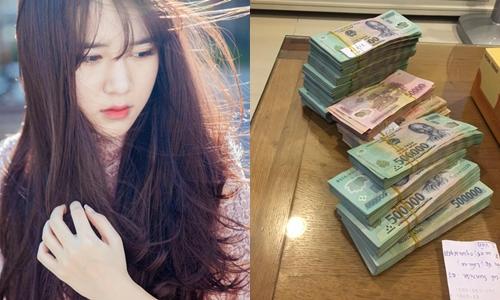 Vân Shi tặng tiền mặt lớn cho mẹ trong ngày sinh nhật.